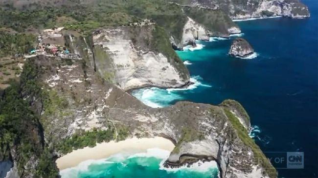 Nusa Penida dikenal dengan kemegahan tebing karang yang membentang sepanjang pesisir pulau, tempat wisata bak surga yang kaya dengan beragam jenis biota laut.