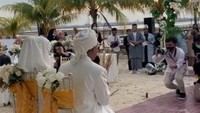 <p>Mantan suami Salmafina Sunan ini melangsungkan pernikahannya di outdoor, tepi pantai tepatnya&nbsp;sebuah resor di Batam.</p>