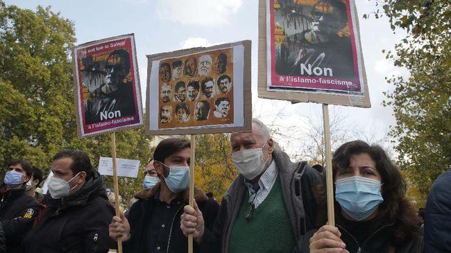 Aparat Kepolisian Prancis menggerebek sejumlah lokasi yang diduga jejaring kelompok radikal, usai insiden pemenggalan guru.