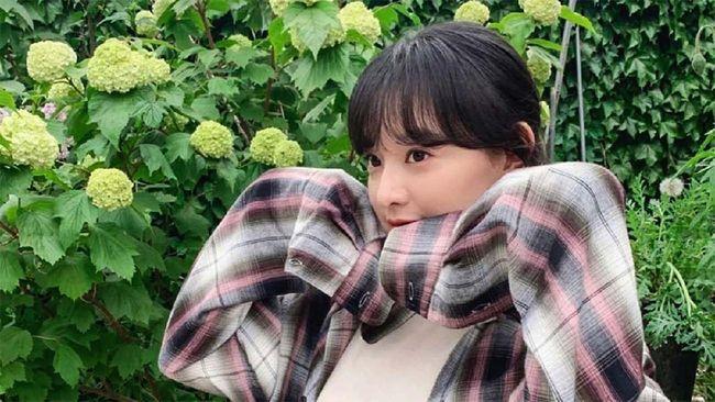 Kim Ji-won merupakan salah satu aktris ternama Korsel. Aktris yang berulang tahun pada hari ini tersebut menempuh jalan panjang sebelum menjadi bintang.