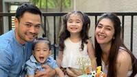 <p>Momen Nabila Syakieb dan keluarga saat merayakan ulang tahun Rasheed yang pertama nih. Bahagia banget ya mereka. (Foto: Instagram @nsyakieb85)</p>