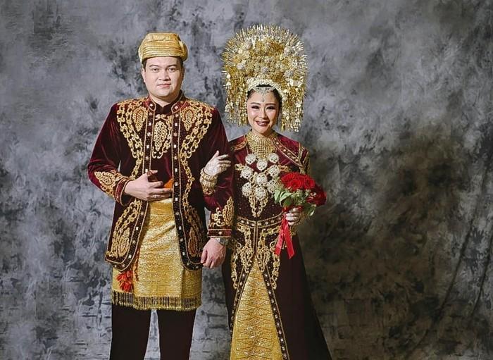 Chikita Meidy dan Indra Adhitya resmi menikah pada 8 Juli 2018. Mantan penyanyi cilik menggunakan adat Minang, baik dalam akad maupun resepsi pernikahan. Sama dengan Irish Bella, Chikita mengenakan tikuluak talakuang pada ijab kabul. Kemudian menggunakan suntiang pada resepsi pernikahannya. (Foto: