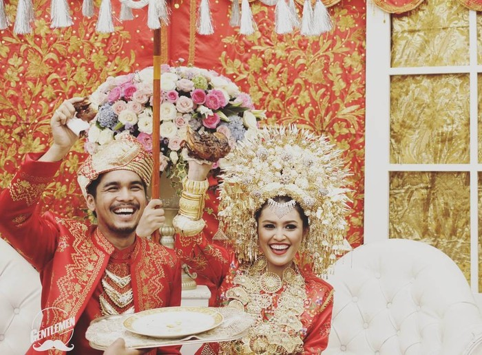 Presenter Ratu Anandita menikah dengan aktor Mario Irwinsyah pada 11 Oktober 2015. Keduanya memilih adat Minang dalam momen bahagia mereka. Keduanya juga tampak serasi dan menawan mengenakan busana khas minang berwarna merah dan emas. Penampilan Ratu makin cantik serta anggun dengan suntiang di kepalanya. (Foto: www.instagram.com/ratu_anandita/. )