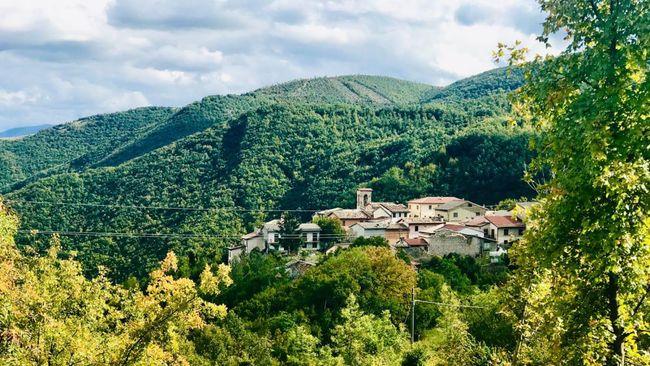 Dua kakek di Nortosce, Italia, tetap patuh memakai masker dan menjaga jarak fisik meski mereka hanya tinggal berdua di kota terpencil itu.