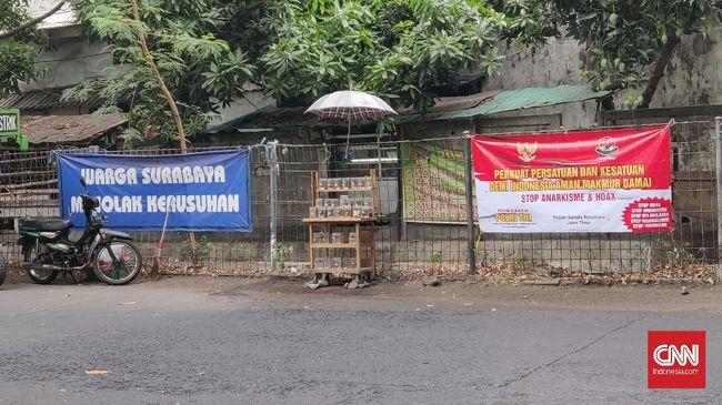 Spanduk-spanduk bernada penolakan aksi anarkistis, mulai bermunculan di sejumlah sudut Kota Surabaya menyusul Aksi Tolak Omnibus Law Cipta Kerja.
