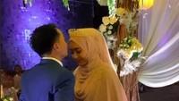 <p>Taqy dan Sherel tampak begitu bahagia di acara resepsi Pernikahan mereka. Acara ini dihadiri keluarga dan teman terdekat keduanya. (Foto: Instagram @mesyathalibreal)</p>