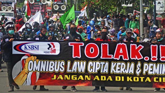 Presiden Jokowi teken UU Ciptaker, Senin (2/11) kemarin, di tengah penolkan oleh buruh, mahasiswa, dan elemen masyarakat sipil.