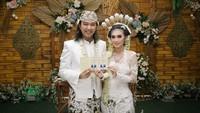 <p>Pernikahan pasangan ini digelar di rumah dan tidak mengundang banyak orang. (Foto: Instagram @ridabeaugeste)</p>
