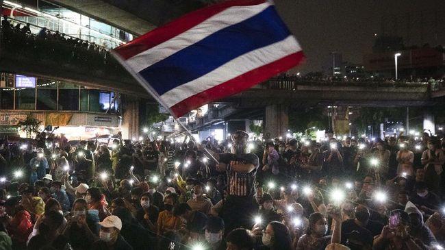 Meskipun dilarang polisi dengan dalih masih pandemi Covid, ratusan massa prodemokrasi tetap melakuakn unjuk rasa menuju gedung parlemen Thailand di Bangkok.
