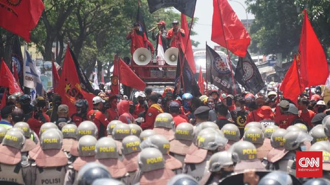 Pimpinan demonstran yang menolak Omnibus Law Cipta Kerja meminta massa agar tidak berbuat ricuh dengan polisi yang mengadang jalan.