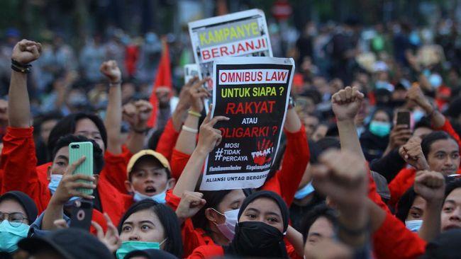 Sejumlah mahasiswa ditangkap, dipukul, diintimidasi, bahkan diangkut mobil yang penuh sesak oleh polisi saat Hari Buruh di Jakarta.