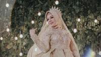 <p>4. Pernah posting foto menggunakan gaun pengantin, Elly Sugigi kala itu sempat menggegerkan publik, Bunda. (Foto: Instagram @ellysugigi_real_)</p>