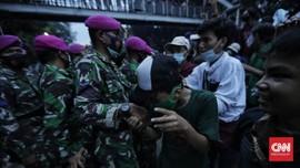 FOTO: Kala Marinir Bujuk Pedemo Ciptaker Bubarkan Diri