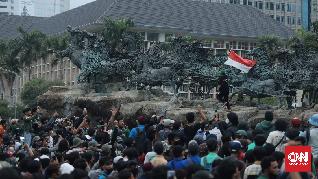 Mahasiswa Bubar, Sejumlah Massa Bertahan dan Lempar Batu