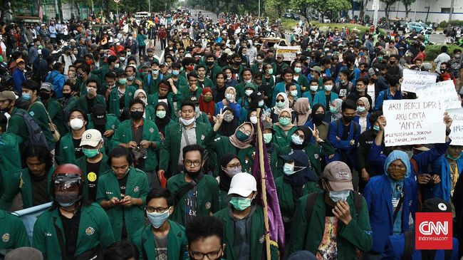 Aksi menolak Omnibus Law Ciptaker yang bertepatan dengan satu tahun Jokowi-Ma'aruf di sejumlah daerah berjalan kondusif, meski terjadi penangkapan di Jakarta.