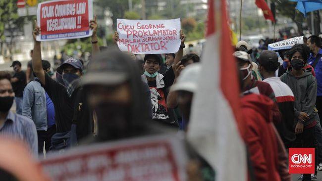 Demo tolak omnibus law UU Cipta Kerja di DPRD Kabupaten Banyuwangi, Jawa Timur, berakhir ricuh di mana massa sempat menjebol gerbang.