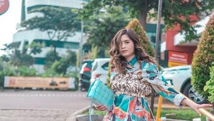 Berani Tampil Warna - warni ala Dewisya, Istri Musisi Kunto Aji