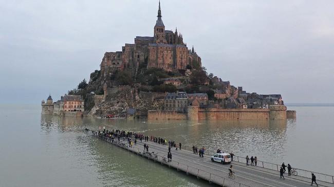 Biara Mont-Saint-Michel, di Normandy, utara Prancis, seakan tenggelam kala pasang air lautnya.