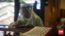 Saat Bocah Semarang Pakai Face Shield untuk Baca Alquran