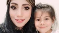 <p>Siti dan suami dikaruniai seorang putri yang sangat cantik. Gadis cilik bernama Elif ini lahir di Turki. (Foto: Instagram @siti_perk)</p>