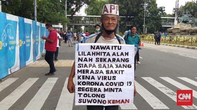 Suwono Keman, kakek usia 65 tahun ikut dalam aksi memperingati satu tahun pemerintahan Jokowi-Ma'ruf di kawasan Jakarta Pusat.