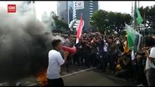VIDEO: Massa Aksi Omnibus Law Bakar Ban di Patung Kuda