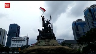VIDEO: Massa Demo Omnibus Law Kibarkan Bendera di Patung Kuda