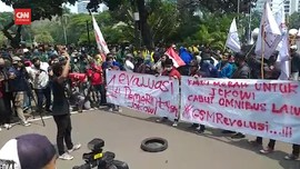 VIDEO: Massa Bakar Ban di Depan Barikade Patung Kuda