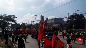 VIDEO: Buruh Dan Mahasiswa Ancam Tutup Akses Tol Cileunyi