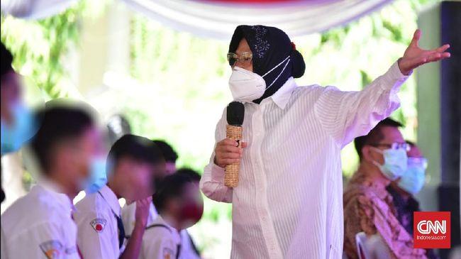 Mensos Tri Rismaharini cemas warga yang butuh bantuan sosial (bansos) jadi tidak bisa menerima hanya karena belum disuntik vaksin Covid-19.