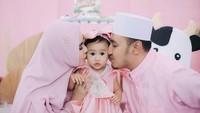 <p>Kartika Putri dan Habib Usman bin Yahya baru saja merayakan ulang tahun anak perempuan mereka, Khalisa Aghnia Bahira. (Foto: Instagram @kartikaputriworld)</p>
