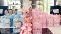 <p>Suasana syukuran atau pesta Khalisa bernuansa merah muda nih, Bunda. Keluarga Kartika Putri juga kompak mengenakan pakaian berwarna senada. (Foto: Instagram @kartikaputriworld)</p>