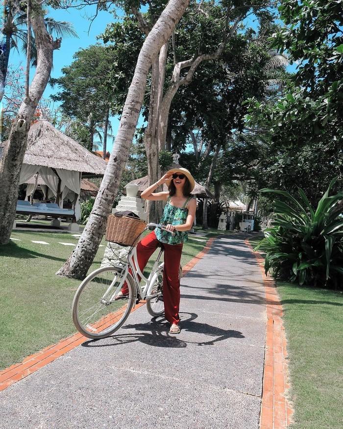 Tidak ketinggalan, Yuki Kato juga menunjukkan kegemarannya bersepeda di masa pandemi. Terlihat bahwa dalam beberapa kesempatan, wanita 25 tahun ini memanfaatkan waktu untuk gowes dan menikmati setiap jalur yang dilaluinya. Saat berlibur pun, Yuki tetap melakukan hobinya tersebut. (Foto: Instagram.com/yukikt)