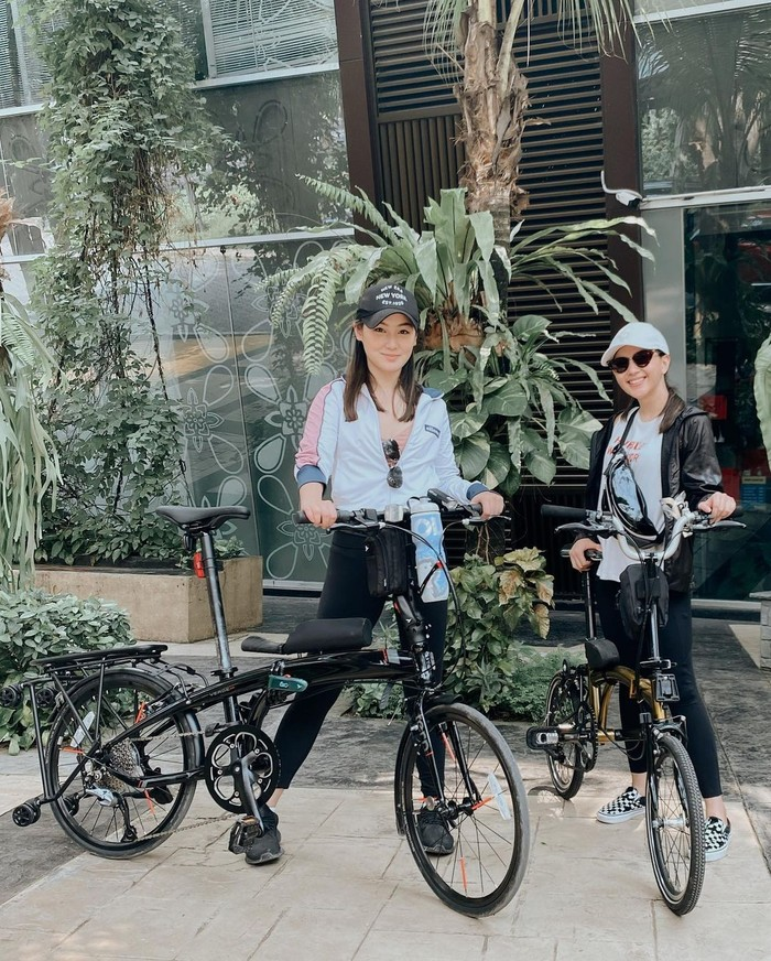 Pemeran utama Film 'Imperfect', Jessica Milla juga memilih olahraga sepeda untuk ditekuni di masa pandemi. Bersama rekan-rekannya, wanita 28 tahun ini menjajal jalanan dengan penuh keseruan. Penampilan stylish dan fashionable selalu ditampilkan Jessica ketika melakukan aktivitasnya ini. (Foto: Instagram.com/jscmila)