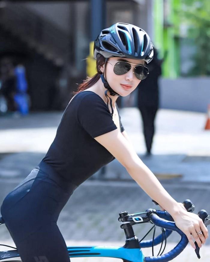 Nah, yang terakhir ada pedangdut cantik Wika Salim yang juga mengisi kegiatan di masa pandemi dengan bersepeda. Dalam beberapa momen yang dibagikan olehnya, wanita 28 tahun ini selalu tampil cantik dan menarik perhatian. (Foto: Instagram.com/wikasalim)