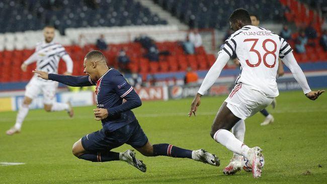 Penampilan gemilang Axel Tuanzebe di laga PSG vs Man United di Liga Champions tak lepas dari peran penting Edinson Cavani.