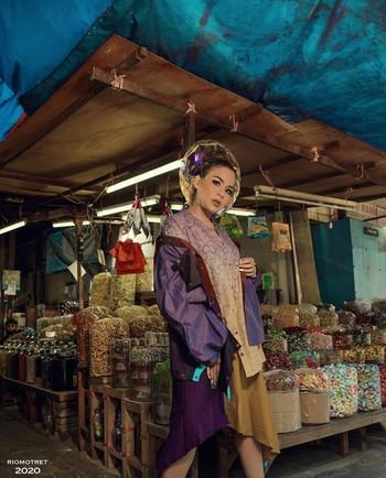 Last but not least, Tissa Biani menjadi artis cantik Indonesia yang mencuri perhatian karena harga outfit yang digunakannya menyentuh angka Rp5 miliar. Uniknya, dengan harga outfit yang fantastis tersebut Tissa Biani justru melakukan pemotretan di kali Ciliwung, Ladies. Meskipun masih berusia muda, artis cantik yang dikabarkan tengah menjalin hubungan dengan Dul Jaelani ini berpose layaknya supermodel lho. (Foto:instagram.com/riomotret/)