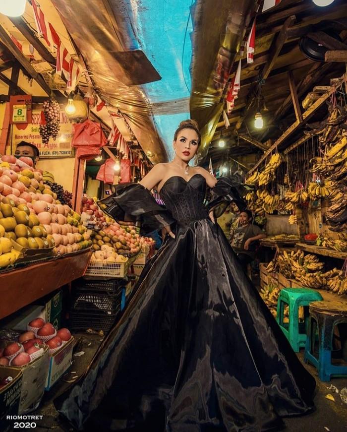 Masih di tengah-tengah pasar, Melaney tampil dengan gaun berwarna hitam yang tentu saja mencuri perhatian. Mengambil lorong deretan para penjual buah, Melaney tidak mati gaya lho, Ladies. Dari pemotretannya kali ini, jika ditotal antara harga dress dengan perhiasan yang digunakan oleh Melaney menyentuh angka Rp1 miliar lho. (Foto:instagram.com/riomotret/)