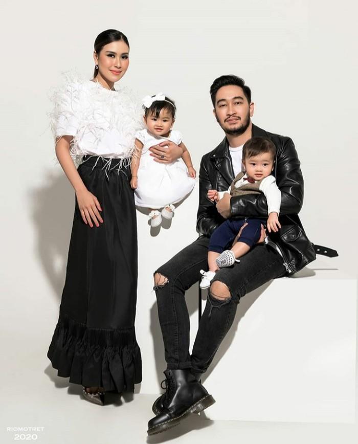 Pertama kali melakukan pemotretan setelah kedua anaknya lahir, Syahnaz menjadi artis Indonesia selanjutnya yang menggunakan outfit dengan harga fantastis, yaitu Rp4,2 miliar. Yup, selain dress, Syahnaz juga memakai perhiasan seharga Rp4 miliar. Perhiasan yang dipakai oleh Syahnaz ini pernah terlibat dalam red carpet di luar negeri, jadi tidak heran jika harganya sangat fantastis. (Foto:instagram.com/riomotret/)