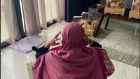 <p>Di salah satu sudut kamar, terlihat seserahan pernikahan pasangan ini. Tampak juga Sherel tengah menunaikan ibadah salat, Bunda. (Foto: Instagram Stories @sherel_thalib dan @taqy_malik)</p>
