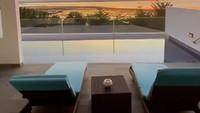 <p>Di resor ini juga ada kolam renang terbuka, memperlihatkan pemandangan matahari tenggelam yang indah. (Foto: Instagram Stories @sherel_thalib dan @taqy_malik)</p>