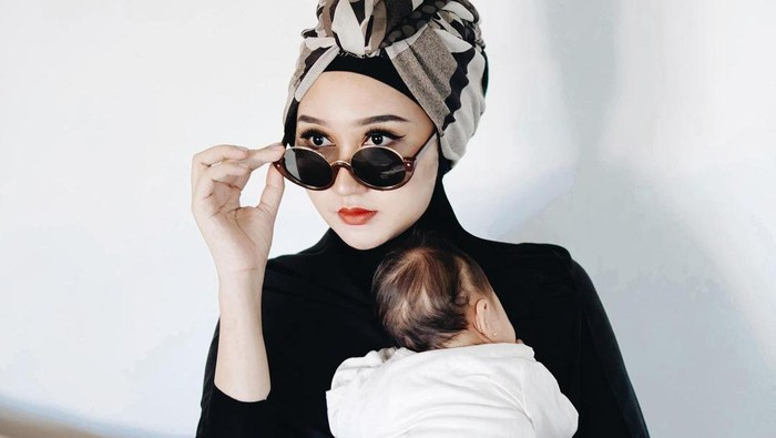 Gaya Hijab Dian Pelangi Setelah Jadi Ibu, Modis dan Simpel