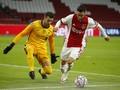Viral 'Tendangan Gaib' Adrian di Ajax vs Liverpool