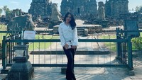 <p>Bila tak mengenakan pakaian dinas, Angely Emitasari kerap berdandan casual. Ia tetap terlihat cantik meski hanya mengenakan kemeja putih dan celana hitam. (Foto: Instagram @angelemythasari)</p>