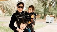 <p>Dari pernikahannya dengan Navies Abdullah Naif, Carissa Puteri dikaruniai dua putra, yakni Quenzino Acana Naif and Zenecka Acana Naif. (Foto: Instagram @carissa_puteri)</p>