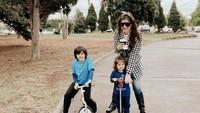 <p>Selama berada di Australia, Carissa banyak menghabiskan waktu bersama dua putranya. (Foto: Instagram @carissa_puteri)</p>
