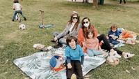 <p>Carissa juga menyempatkan diri mengajak Quenzino dan Zenecka piknik dan bermain ke taman. (Foto: Instagram @carissa_puteri)</p>