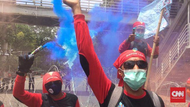 Massa buruh yang telah memadati kawasan Patung Kuda, Jakarta, lebih memilih berunjuk rasa menolak UU Cipta Kerja, ketimbang judicial review.