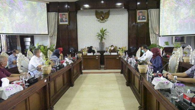 Pansus banjir DPRD DKi Jakara melakukan pertemuan dengan Wali Kota Surabaya Tri Rismaharini untuk belajar cara menangani banjir.