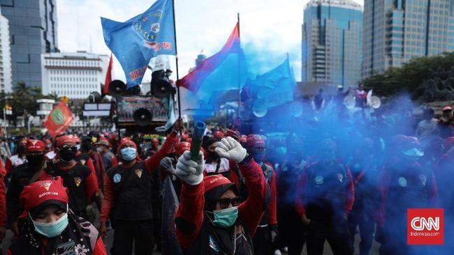 Massa buruh di Bandung berdemo di depan gedung Sate menuntut kenaikan UMP 2021 yang tak naik akibat pandemi covid-19.